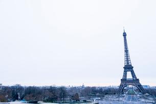 エッフェル塔と冬景色の写真素材 [FYI01708909]