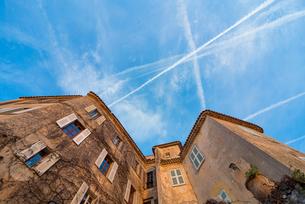 鷲ノ巣村エズ内の青空に聳え立つ建物の写真素材 [FYI01708916]