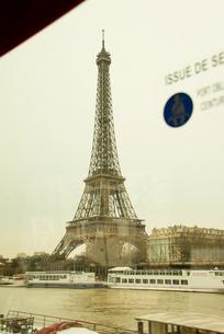 車窓から見たセーヌ川とエッフェル塔の写真素材 [FYI01708917]