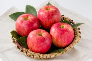 りんごかご盛りの写真素材 [FYI01708920]