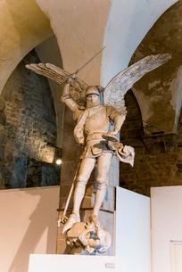 モンサンミッシェル修道院の大天使ミカエル像の写真素材 [FYI01708923]