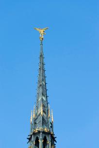 モンサンミッシェル修道院尖塔の大天使ミカエルの像の写真素材 [FYI01708925]