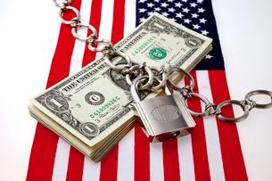 星条旗と鍵が掛けられたドル紙幣の写真素材 [FYI01708929]
