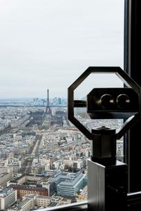モンパルナスタワーの望遠鏡越しに見るパリ市街とエッフェル塔の写真素材 [FYI01708935]