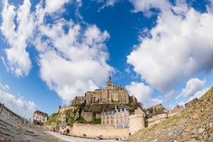 雲と青空とモンサンミッシェル修道院の写真素材 [FYI01708937]