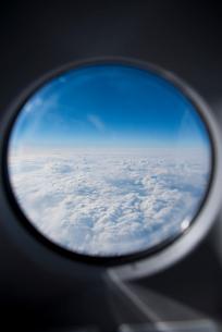 旅客機の窓から見る雲の写真素材 [FYI01708943]