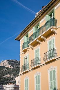 青空とピンク色の建物の写真素材 [FYI01708953]