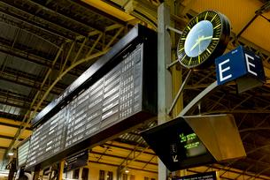 フランスの駅の発着インフォメーションボードと時計の写真素材 [FYI01708954]
