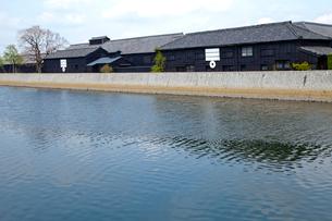 川面と黒壁倉庫の写真素材 [FYI01708963]