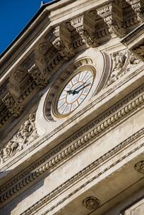 市庁舎正面入り口の時計の写真素材 [FYI01708966]