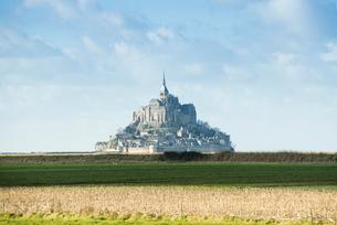 遠くに見るモンサンミッシェル修道院の写真素材 [FYI01708970]