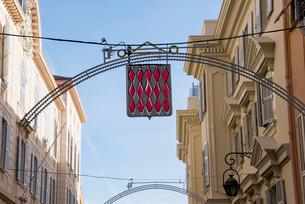 モナコ旧市街のネオン飾りの写真素材 [FYI01708974]