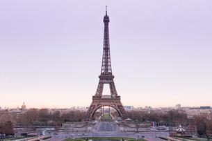 朝焼けの中のエッフェル塔の写真素材 [FYI01708976]