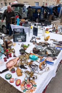 ヴァンヴの蚤の市で売られている雑貨の写真素材 [FYI01708979]