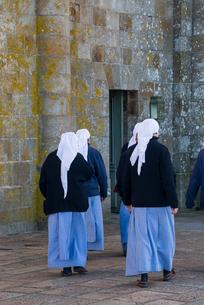 モンサンミッシェルで見た修道服姿の人々の写真素材 [FYI01708981]