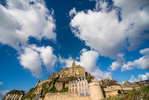空に聳え立つモンサンミッシェル修道院の写真素材 [FYI01708990]