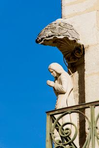 青空と合掌するマリア像の写真素材 [FYI01708999]