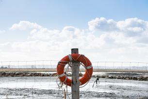 モンサンミッシェル周りの海辺に掛けられた浮き輪の写真素材 [FYI01709011]