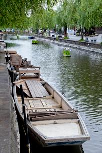 船が浮かぶ水路の写真素材 [FYI01709021]