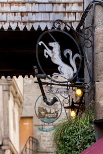 モンサンミッシェル修道院への参道にある馬の看板の写真素材 [FYI01709024]