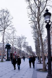 人々が行き交う冬のシャンゼリゼ大通りの写真素材 [FYI01709026]