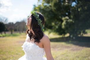 ドレスを広げているウェディングドレス姿の女性の写真素材 [FYI01709032]