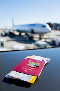 パスポートと旅客機の写真素材 [FYI01709035]