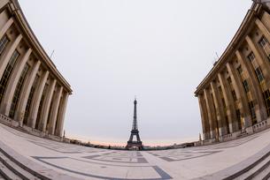 朝焼けの中のエッフェル塔の写真素材 [FYI01709041]