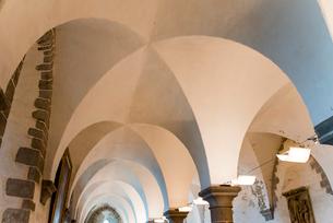 モンサンミッシェル修道院内のアール状の天井 の写真素材 [FYI01709063]