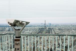 モンパルナスタワー望遠鏡越しのパリ市街とエッフェル塔の写真素材 [FYI01709065]