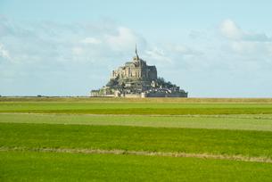 遠くに見るモンサンミッシェル修道院の写真素材 [FYI01709073]