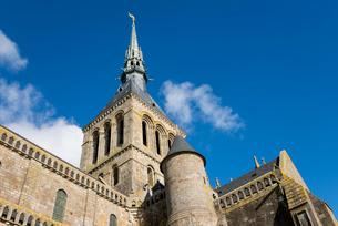 青空に聳えるモンサンミッシェル修道院尖塔の写真素材 [FYI01709076]