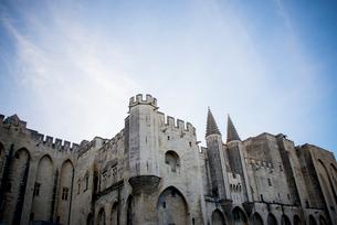 青空に聳え立つ法王庁宮殿の写真素材 [FYI01709083]
