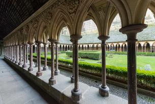 モンサンミッシェル修道院の回廊の写真素材 [FYI01709085]