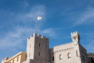 青空にたなびくモナコ大公宮殿の紋章旗の写真素材 [FYI01709091]