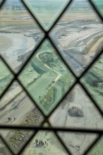 モンサンミッシェル修道院窓越しの景色の写真素材 [FYI01709092]