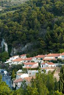 森林に囲まれた南フランスの家並みの写真素材 [FYI01709097]