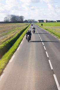 ノルマンディー田園地帯を走る道の写真素材 [FYI01709104]