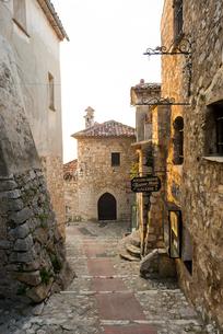 鷲ノ巣村エズ内の石造りの建物と石畳の路地の写真素材 [FYI01709113]