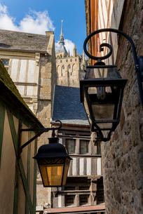 モンサンミッシェル修道院への参道に立ち並ぶ建物 の写真素材 [FYI01709114]