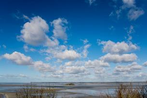 雲浮かぶ青空とモンサンミッシェルを囲む海の写真素材 [FYI01709118]