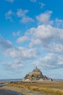遠くに見るモンサンミッシェル修道院の写真素材 [FYI01709143]