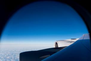 旅客機の窓から見る青空と機体の一部の写真素材 [FYI01709148]