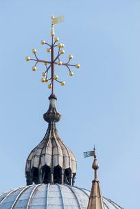 サン・マルコ寺院の屋根の十字架の尖塔の写真素材 [FYI01709151]