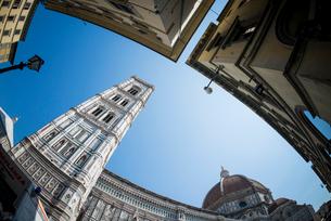 ジョットの鐘楼越しに青空を仰ぐの写真素材 [FYI01709153]