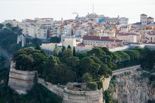 城壁越しに見たモナコ旧市街の写真素材 [FYI01709159]