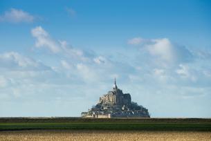 遠くに見るモンサンミッシェル修道院の写真素材 [FYI01709165]