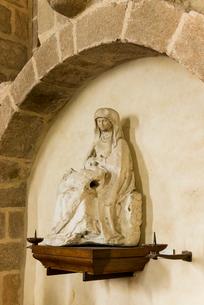 モンサンミッシェル修道院のピエタ像の写真素材 [FYI01709171]