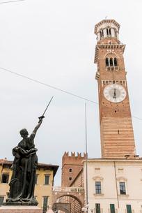 ランベルティの塔と剣を天に指す女性像の写真素材 [FYI01709175]