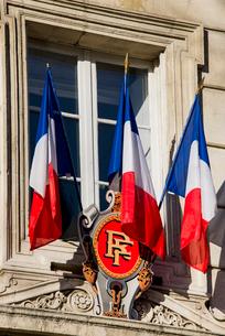 市庁舎の窓に掲げられたフランス国旗の写真素材 [FYI01709178]